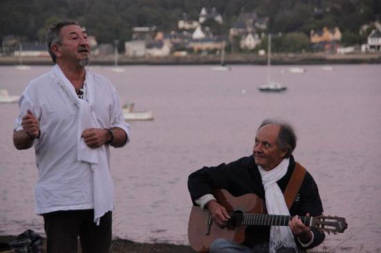 BALADE CONTEE EN MUSIQUE avec Pierre Adrien (guitare chant) août 2013