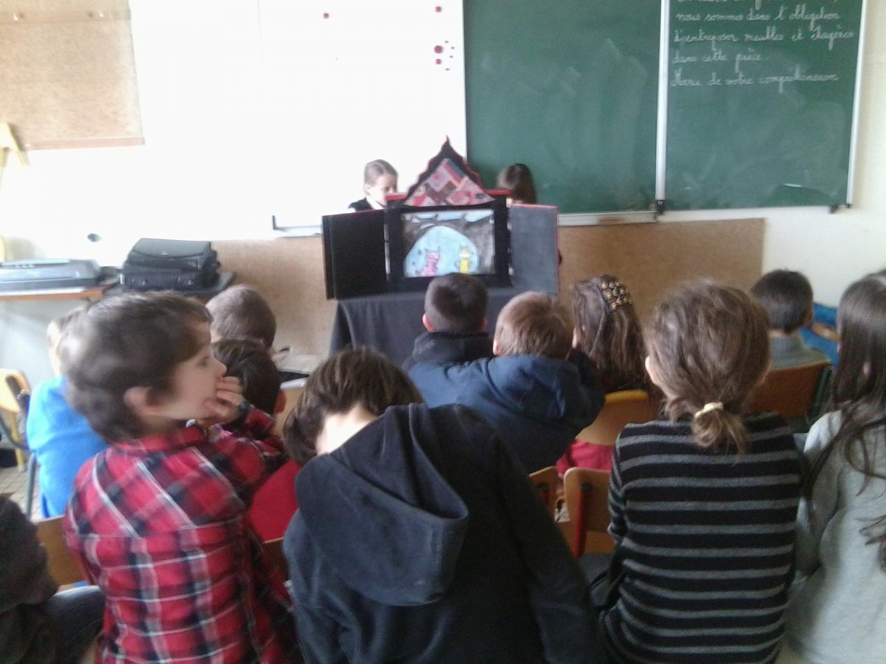 initiation au kamishibai à l'école Argoat de Lesneven.janvier 2013
